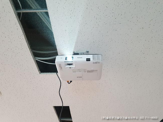 목동 OO학원 강의실 엡손 EB-1960 EPSON LCD 빔프로젝터와 전동노출 120인치 스크린설치사진