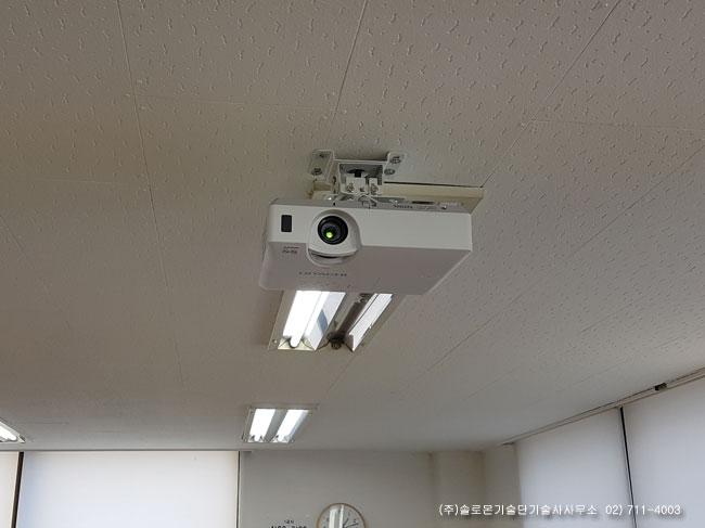 홍대 OO교육 강의실 히타치 CP-X3041WN LCD 프로젝터 설치사진